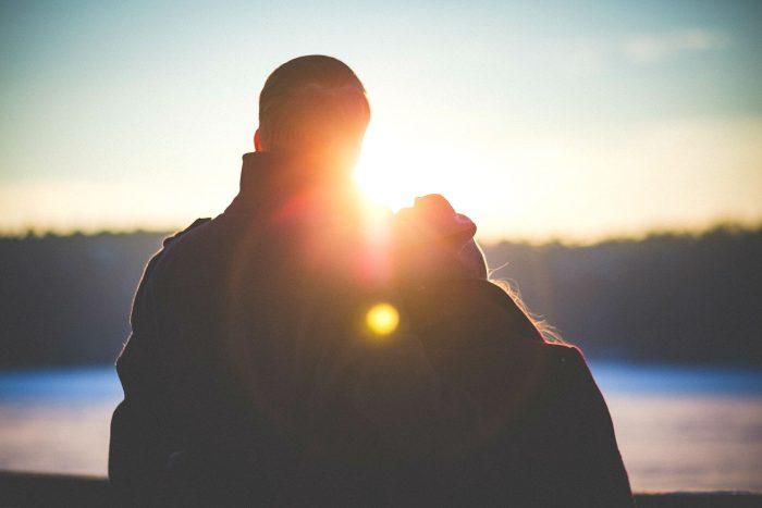 夕日をみる仲の良い夫婦