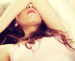 肌荒れを隠す女性