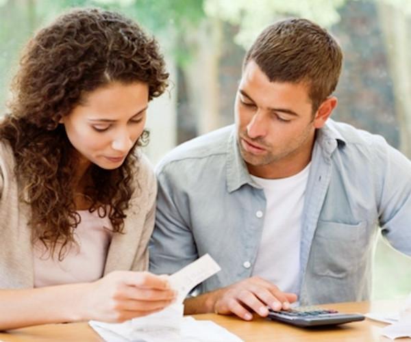 お金を数える夫婦