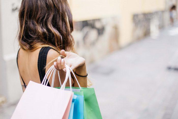 たくさん買い物をする女性