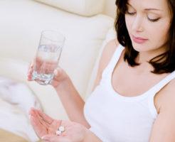 薬をのむ妊婦