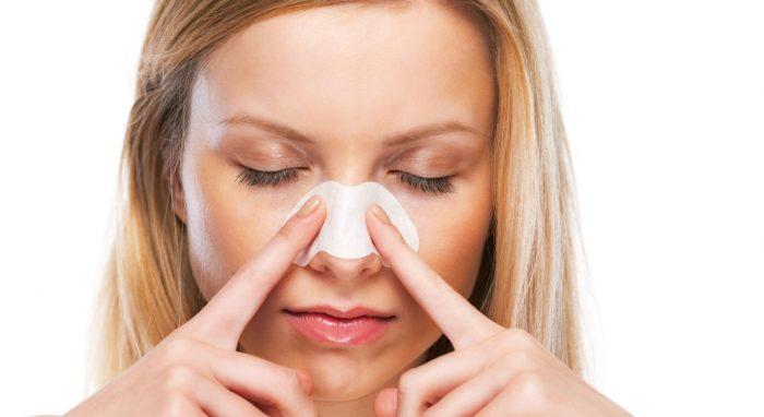 鼻の毛穴パックをする女性