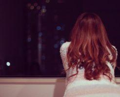 夜外を見る女性