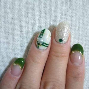 緑とシルバーのクリスマスネイル