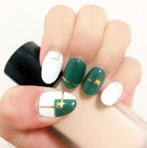 緑と白のクリスマスネイル