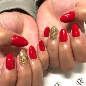 赤とゴールドのネイル