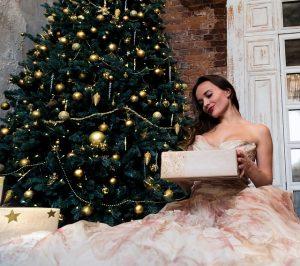 クリスマスプレゼントをもった女性
