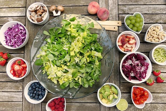 足のむくみを解消するのに効果的な食事と栄養素